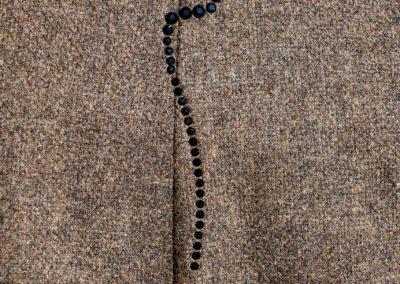 Edler Pullover aus feinem Wollstoff mit blinden Pattentaschen und aufgebügelten Swarovskisteinen