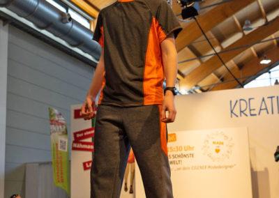 Sebastian (16 Jahre alt) näht bereits perfekte Outfits. Hier: Shirt und Jogginghose