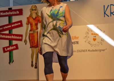 Yvonne in einer originellen Bluse