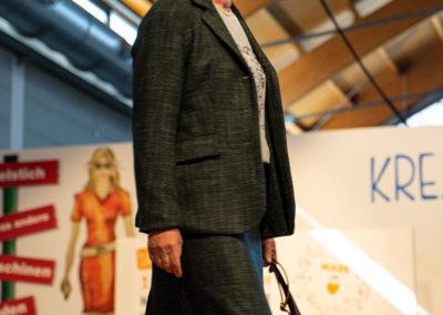 Vielnäherin Marita im edlen Kostüm aus einem Woll-Seiden-Gemisch aus Biella (Italiens Hochburg für Wollstoffe)
