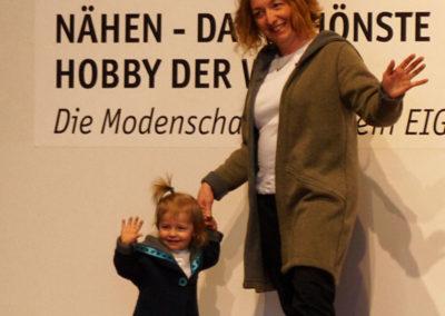 Yvonne mit ihrer Tochter Emilia: jede im Doubleface-Strickmantel