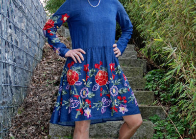 Jeanskleid: bestickter Jeans und uni Jeans in Kombi Schnitt aus Nähtrends 8/17 Modell 29,( Kleid im Folklorestil)