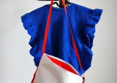 Weiße Tasche | an der Garderobe hängt ein Poncho , den sie einer ihrer Töchter genäht hat.