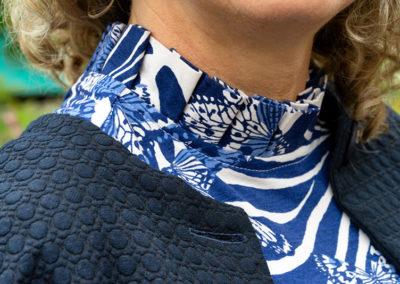 Weiß-blaues Shirt mit in Falten gelegtem Stehkragen