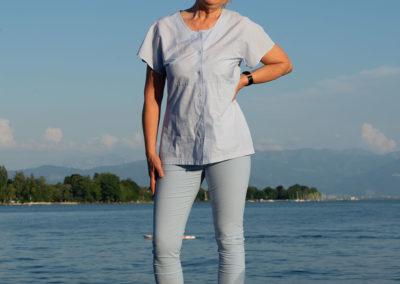 Hose aus Baumwolle/Elasthan aus Burda 1/2018, #107, Sportleggins teilweise abgeändert - Bluse aus hellblau-weiß gestreifter Baumwolle
