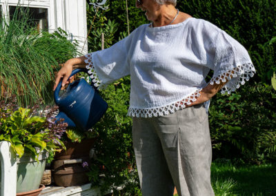 """Leinenhose: aus CUT Ne. 13 (02/15) Modell """"Merry Melon"""", weißes Shirt aus gecrashtem Leinen: abgewandelter Schnitt La Maison Victor Modell """"Lett"""" mit abgewandeltem, eckigem Ausschnitt und Ärmeln, verziert mit Borte"""