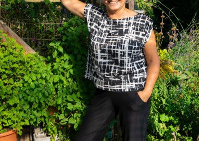 """kastiges Shirt mit Schulterraffung: La Maison Victor  Mai/Juni 2019 Modell """"Lett"""" - schwarze Jerseyhose: Schnitt von Kaufteil abgenommen"""