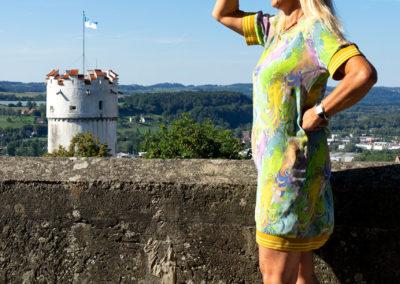 Kleid aus Seidenstoff (mit Elasthan), dazu gestreifter Gummi als Saumabschluß