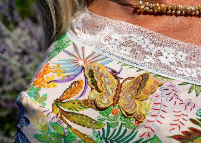Detail Wickeljerseykleid: Spitze und aufgenähter Sticker