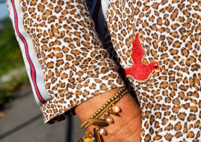 Detail Kleid aus Baumwolljersey im Animalprint: aufgenähtes Ripsband und Sticker