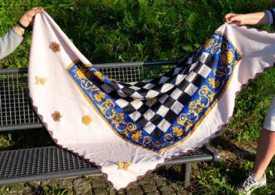 Großes Wolltuch eingefasst mit Spitze, verziert mit Stickern: gekauftes Seidentuch aufgenäht