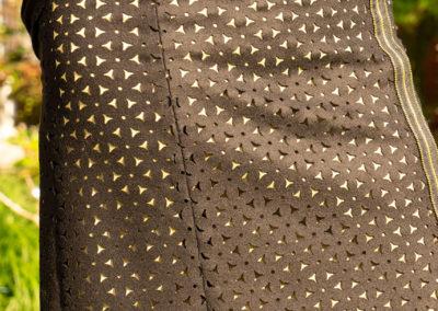 Rock Schurwolle (ausgeschnitten), darunter goldenes Futter